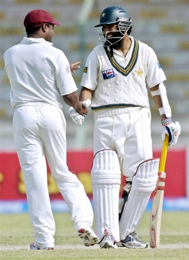 Mohammad Yousuf is congratulated by Lara after he breaks 30