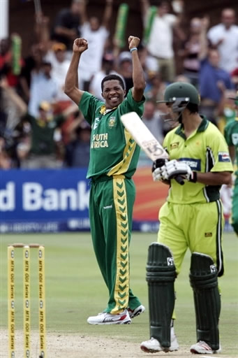 So called specialist opener Imran Nazir is jeered by Makhaya Ntini