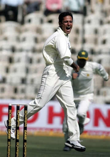 Yasir Arafat celebrates the wicket of Rahul Dravid