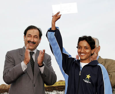 Kanwal Naz of Lahore receiving the Woman of the Match award
