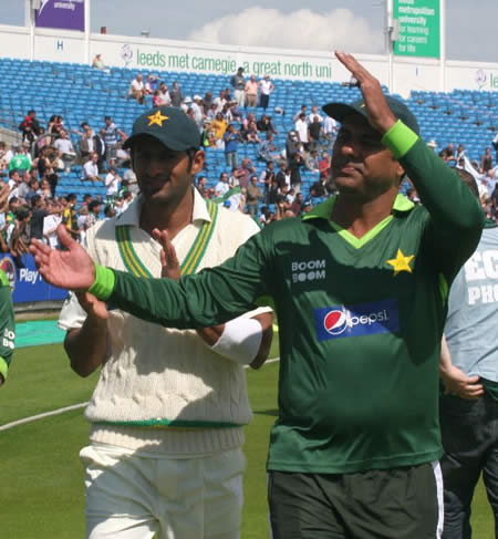 Waqar and Malik respond to crowd applauds after historic win over Australia