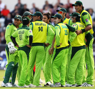 Mohammad Irfan (R) of Pakistan towers over his team mates